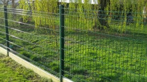 Pose de clôture avec plaque de soubassement